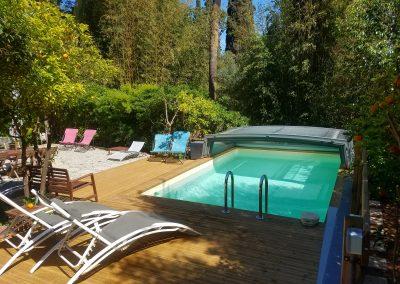 piscine , vue du jardin, terrasse du gîte