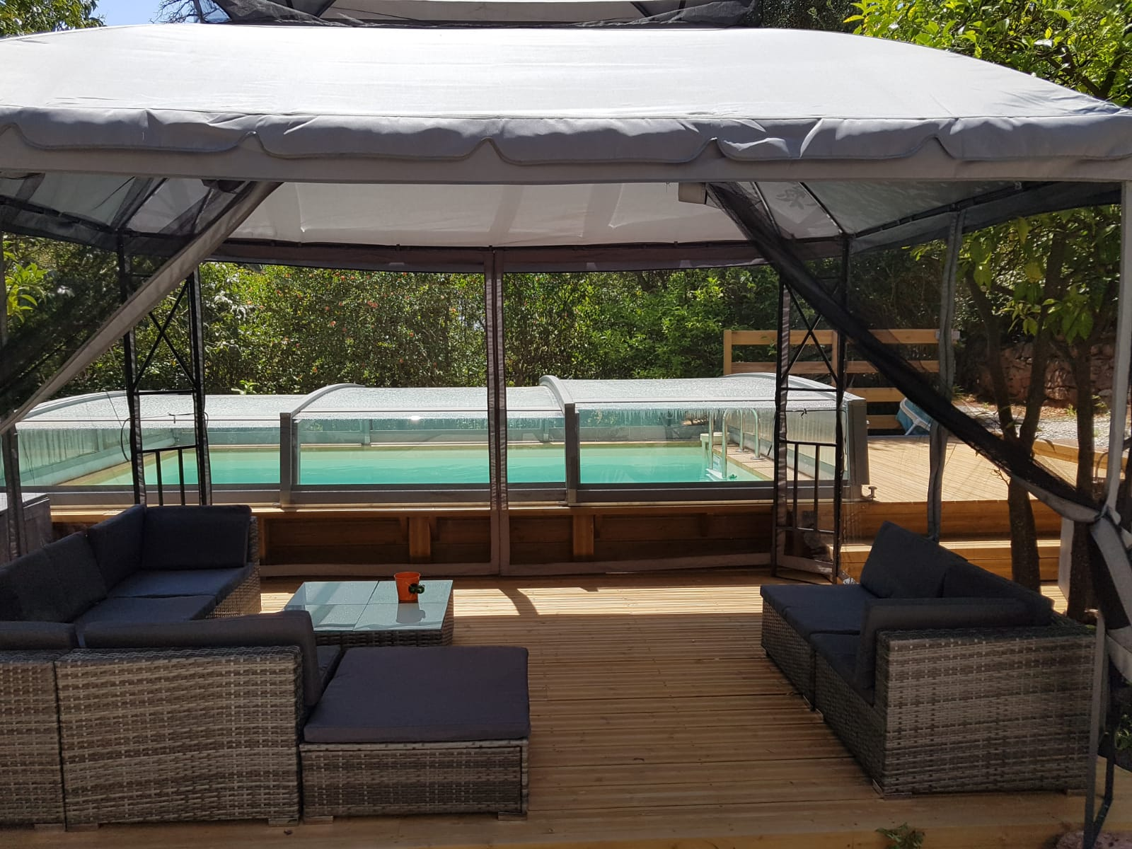piscine et terrasse couverte du gîte